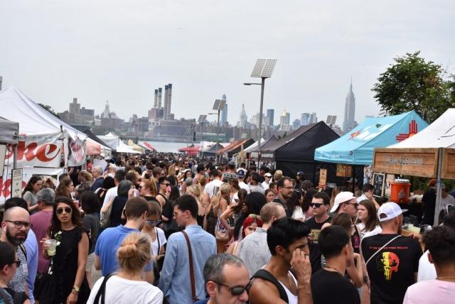 Smorgasburg, ein wunderbarer, aber voller Streetfood Markt, der immer samstags in Williamsburg stattfindet. Essen mit Blick auf Manhattan und Empire State Building.